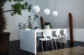 esszimmer idee weißer tisch mit stühlen pflanzen
