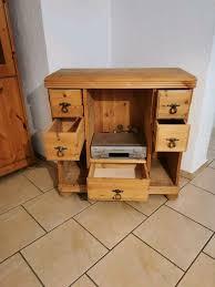 wohnzimmer naturholz landhaus schrankwand sideboard und tisch