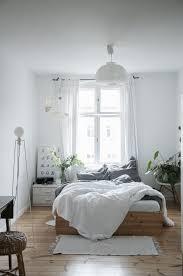 schlafzimmer im altbau einrichten in sehr hellen farben mit