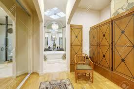 zimmer mit hoher decke mit schiebetüren schrank braunen kleiderschränken bequemen stuhl und holzboden badezimmer interieur nordwesten usa