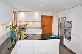 küche mit viel stauraum und neuer decke mit integrierter