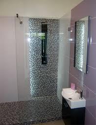 modernes badezimmer gefliest in lila violett baugeschäft