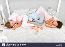 gute nacht und süße träume mädchen einschlafen nach pyjama