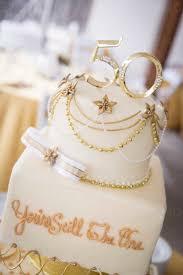 mehrstöckige torte mit ornamenten und dekoration und der