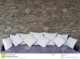 moderne steinwand mit purpurrotem sofa stockbild bild