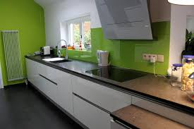 artisan cuisiniste cuisine design blanche brillante sans poignée une hotte design