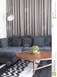 gemütliches wohnzimmer mit marineblau satinsofa und kerzen