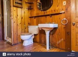 weißer sockel waschbecken wc und dusche im badezimmer aus