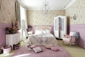 blumenmuster im rosafarbenen schlafzimmer kronleuch