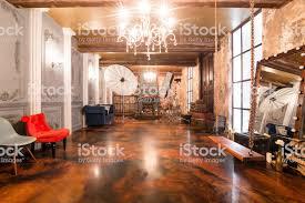 loftinterieur mit spiegel kerzen ziegelmauer große fenster wohnzimmer couchtisch in modernem design stockfoto und mehr bilder architektur