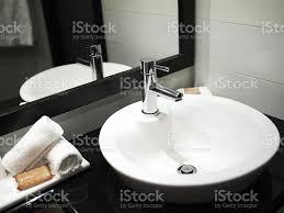 moderne badezimmer waschbecken mit spiegel reflektieren stockfoto und mehr bilder badezimmer
