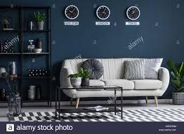 schwarz tisch in der nähe beige sofa gegen marine blaue wand