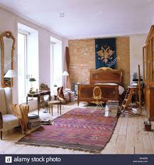 schlafzimmer mit großen fenstern teppich antiquitäten und