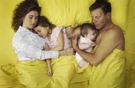 co sleeping im familienbett geborgenheit oder risiko für