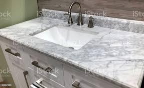 marmorarbeitsplatte auf bad weiß schrank mit weißen rechteckigen unter waschbecken und chrom wasserhahn stockfoto und mehr bilder arbeitsplatte