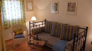 wohnzimmer mit gemütlicher sitzecke und tagesbett