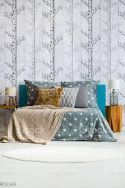 graue schlafzimmer mit kingsizebett stockfoto und mehr bilder baum