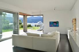 modernes wohnzimmer mit panoramafenster bild kaufen
