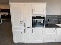 l küche im landhausstil mit weiß matt lackierter front