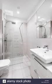 helle moderne weiße badezimmer mit ebenerdiger dusche