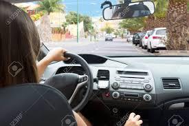 femme au volant d une voiture voir intérieur banque d images et