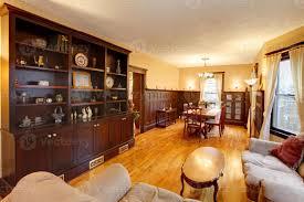 goldenes luxus wohn und esszimmer mit mahagoniholz