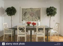 weiße holzstühle am grauen tabelle im traditionellen stil