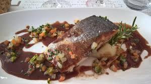 une royale en cuisine daurade royale servie en filets arrosée d une sauce foie gras