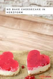 mini no bake cheesecake in herzform mit johannisbeeren