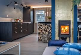 cuisine poele a bois intérieur scandinave bleu cuisine et lambris bois moderne