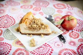 gâteau au fromage avec garniture de pommes caramel et crumble