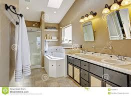 modernes badezimmer intrerior in den braunen und beige