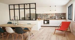 ilot bar cuisine cuisine ouverte délimitée par une verrière ou un îlot bar