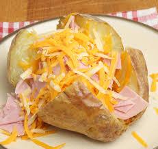 pomme en robe de chambre pomme de terre en robe de chambre avec du fromage et le jambon
