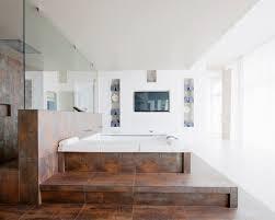 großes wohnbad mit whirlpool auf einem bild kaufen