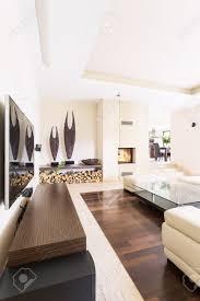 splendid helles wohnzimmer in einer modernen villa mit travertin kamin und zeitgenössischen skulpturen