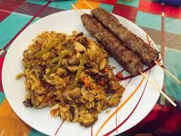 cuisine avec du riz gourmand gourmet brochettes de kebab avec riz aux légumes