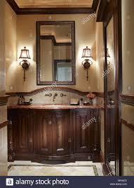 spiegel über dem waschbecken schrank in traditionellen