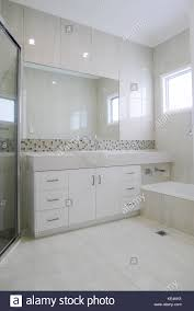 granit arbeitsplatte im badezimmer mit gefliesten wänden und