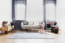 vorhänge im wohnzimmer interieur stockfoto und mehr bilder beige