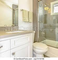 frame square bathtub und dusche mit glastür und fenster im