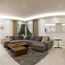 geräumige moderne wohnzimmer mit esstisch aus holz