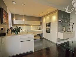 mur de cuisine cuisine verte et bois avec decoration cuisine bleu et jaune idees et