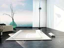 stilvoll eingelassene badewanne in ein modernes badezimmer mit großen boden bis zur decke glasfenster mit weißen jalousien und ein blick auf einem