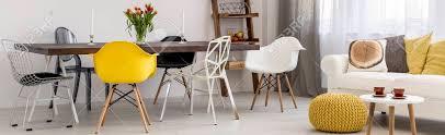 wohnzimmer mit holztisch designer stühle und
