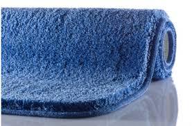 blaue badteppiche und badvorleger für eine maritime atmosphäre