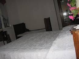 cachee dans la chambre côté serein chambres de la tour cachée lovely decoration salon blanc