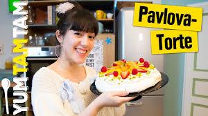 luftige pavlova torte mit hübschen früchten