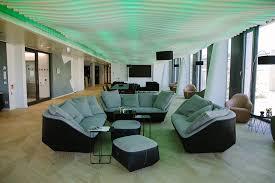 nachhaltige akustikdecke bildet highlight im empfangsbereich