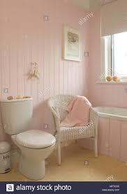 stuhl neben wc in rosa badezimmer stockfotografie alamy